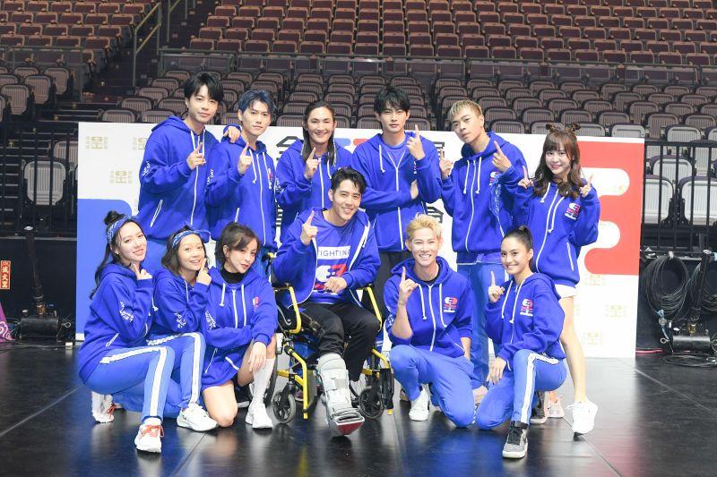 ▲胡宇威(前排右三)坐輪椅與藍隊合照。(圖/寬宏提供)