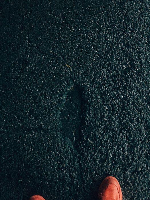 ▲貼文中可見一迷你台灣坑洞清晰地印在柏油路上,而Max也將此照片標示為「看見台灣」。(圖/取自Max
