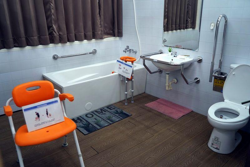 ▲長照體驗空間教室內有居家浴廁區。(圖/屏東縣政府提供,