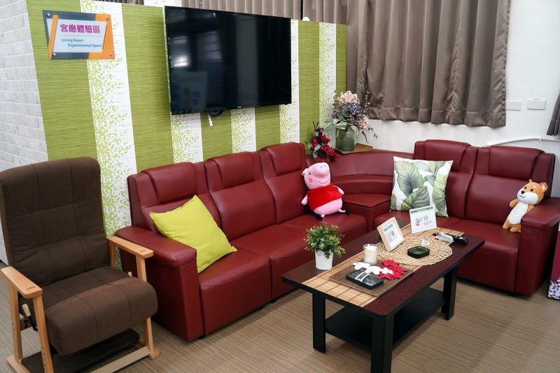 ▲長照體驗空間教室內有居家客廳區。(圖/屏東縣政府提供,