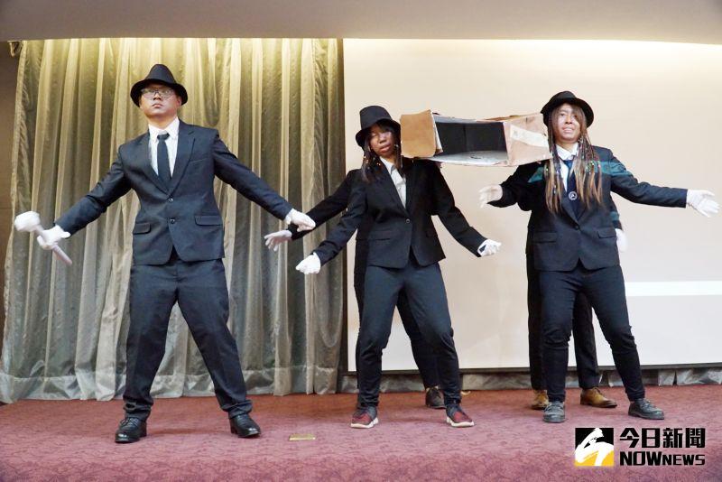 ▲大葉大學觀光系學生表演抬棺舞。(圖/記者陳雅芳攝,2021.01.04)