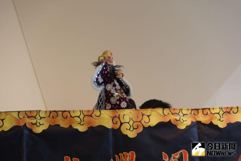 ▲鄭成龍強調,大俠百草翁這是台灣掌中戲史上,唯一把「丑角」充當主要角色。(圖/記者陳雅芳攝,2021.01.04)