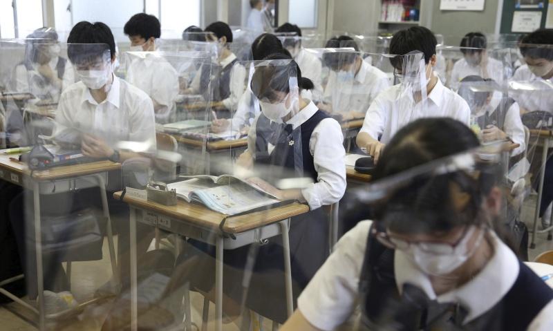 ▲日本新冠肺炎疫情升溫,東京都內的一所都立高中包含41名學生在內共有45人確診,學校臨時停課。這是東京都立學校首度發生群聚感染。資料照非本人。(圖/美聯社/達志影像)
