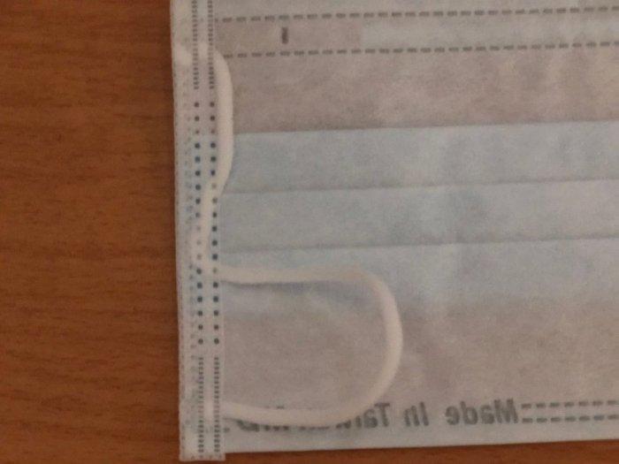 ▲從照片中可以看到,一個口罩的耳繩竟分成「二截式」的藏在口罩邊。(圖/翻攝自《Dcard》)