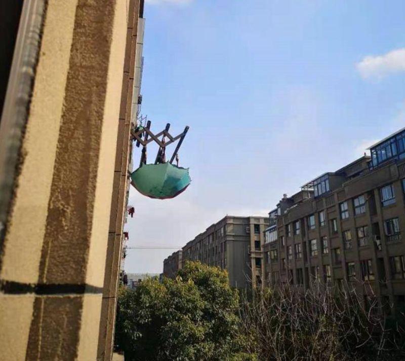 ▲大樓住戶在陽台上高掛雨傘。(圖/翻攝自天天看餘杭)