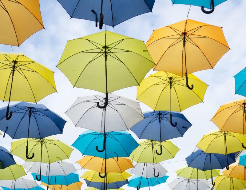 ▲中國近日有網友發現,雖然天氣是晴天,卻有住戶在陽台掛雨傘,真相曝光後也讓網友們大讚「素質真高」。(示意圖/取自unsplash)