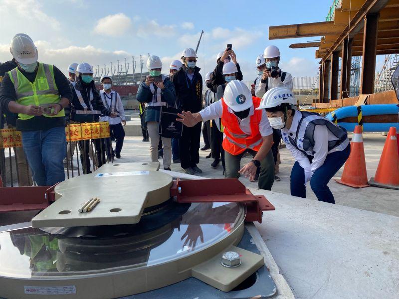 盧市長親手安裝首顆隔震器  台中綠美圖工程向前再邁一步