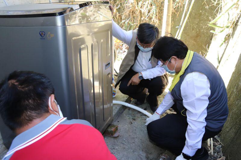▲大同公司人員安裝洗衣機。(圖/基金會提供)