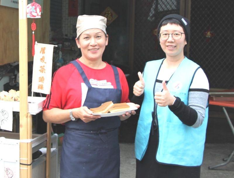 ▲在勞動部南區銀髮人才資源中心輔導協助下,潘美香(左)有了創業的勇氣,開啟職涯第二春。(資料照/記者黃守作攝)