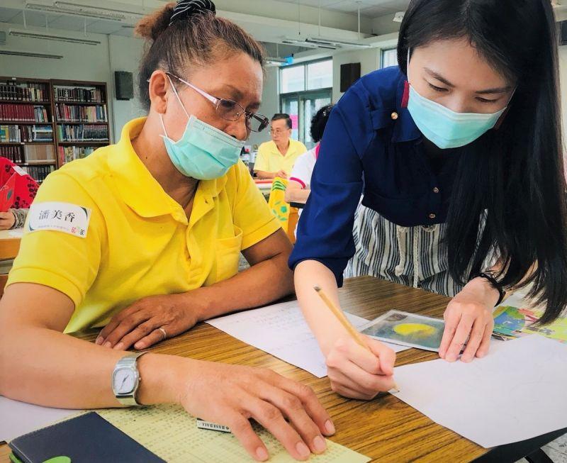 ▲潘美香(左)透過銀髮人才資源中心課程,學會更多品牌經營方式。(資料照/記者黃守作攝)
