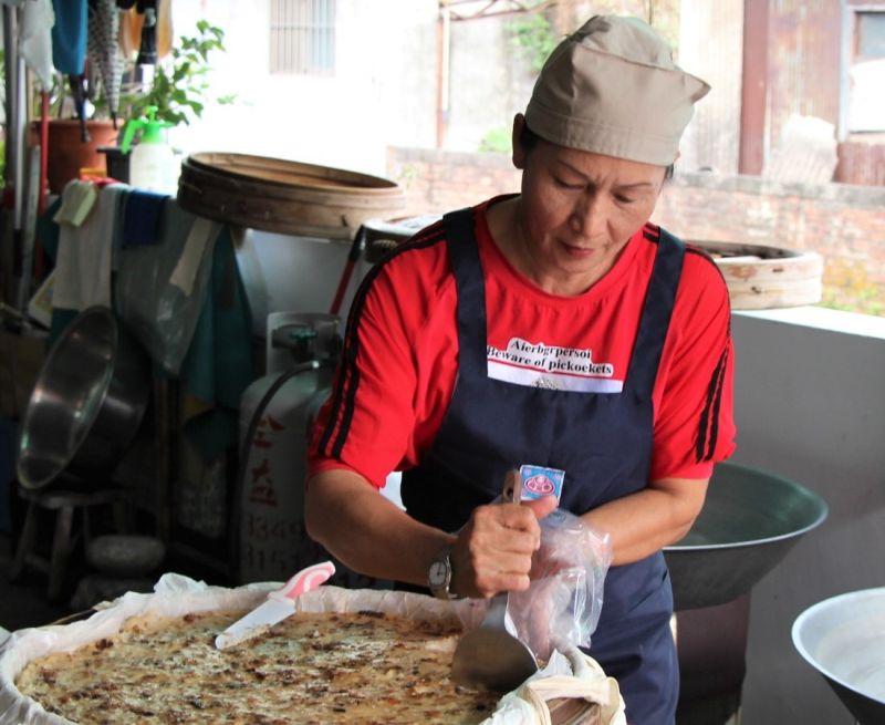▲潘美香持續努力,要讓更多人品嚐到古早味的客家粿食。(資料照/記者黃守作攝)
