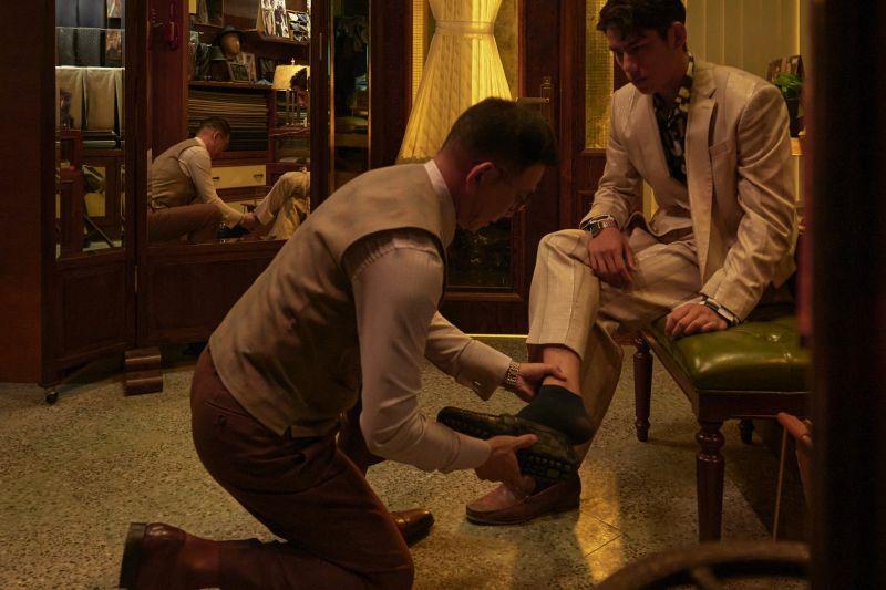 ▲金馬影帝袁富華(左)為朱軒洋穿鞋。(圖 / 公視提供)