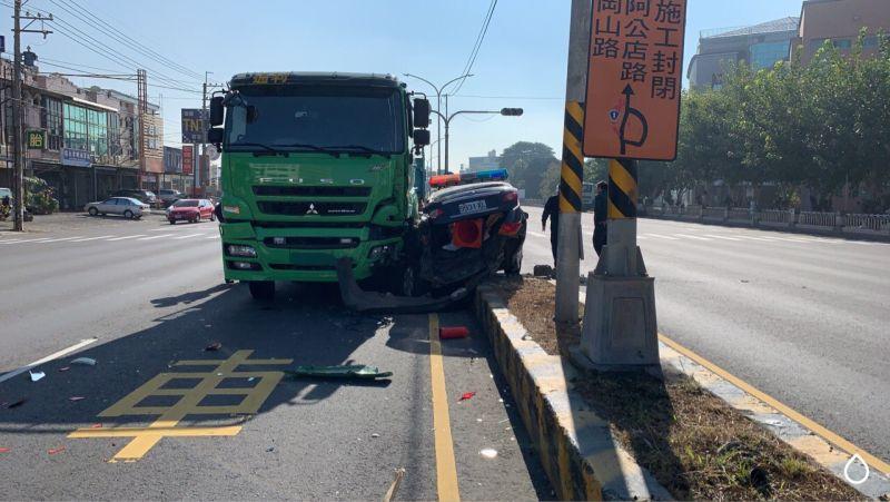 ▲岡山分局交通分隊的警車在趕往處理交通事故途中於岡山農工路口迴轉時,遭後方曳引車撞擊。(圖/記者郭凱杰翻攝,2021.01.05)