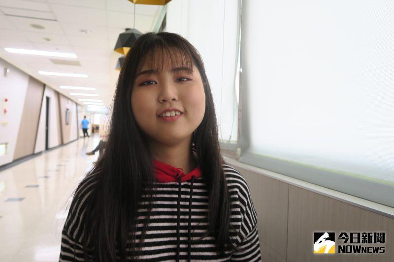 ▲李姓女大生她特別感謝蔡旻叡醫師一直鼓勵她。(圖/記者陳雅芳攝,2021.01.05)