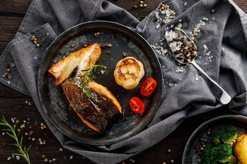 ▲以薄鹽調味,呈現鮭魚鮮嫩豐厚口感的精選厚切下巴排。(圖/業者提供)