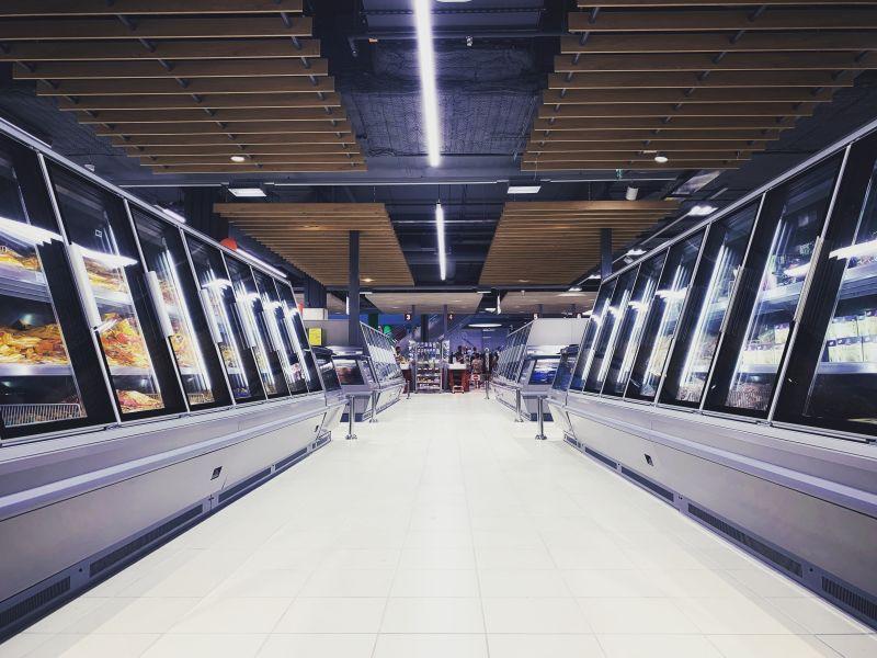 ▲原PO逛超市時,看見一些促銷商品,售價比平時高出兩倍,以買一送一的方式販售。(圖/翻攝自unsplash)