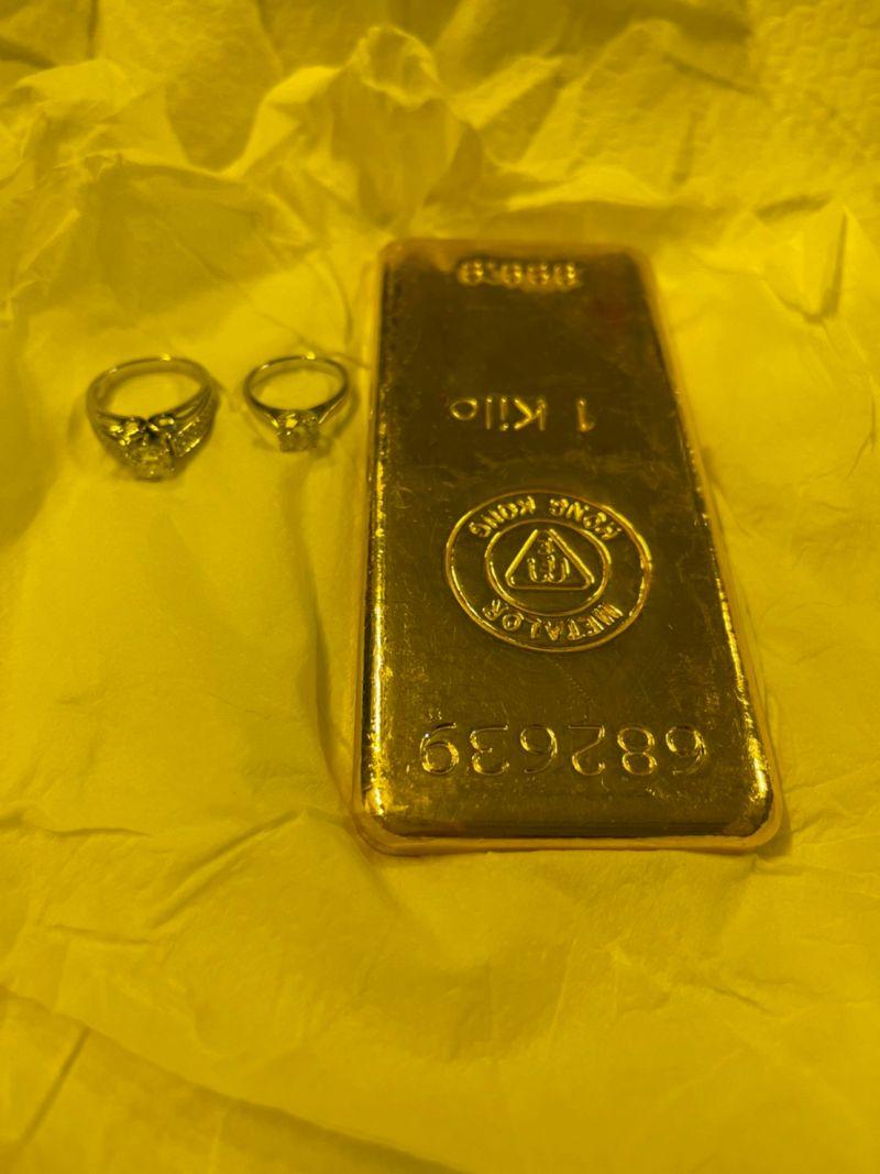 ▲警方在嫌犯家中起獲黃金。。(圖/記者郭凱杰翻攝)