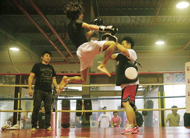 ▲橫濱流星(中)片中飛踢職業拳擊手。(圖/威視電影)