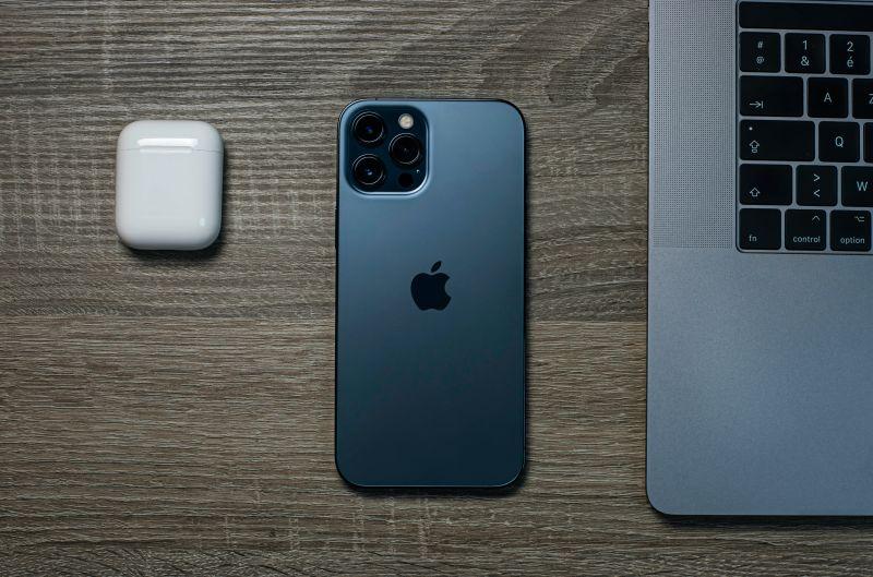 ▲一名男網友崩潰PO文,表示自己剛買不到一個月的iPhone 12 Pro Max,竟然裝著保護殼還「摔破」,貼文一出,引起熱議。(示意圖/取自unsplash)