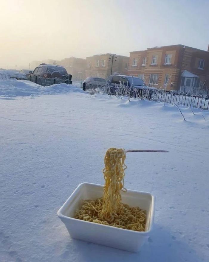 ▲網友將煮熟的麵條拉起,叉子跟麵條就瞬間凍結在空中。(圖/翻攝自《香港經濟日報》