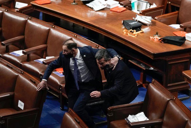 ▲川普支持者闖入國會,議員在警方護送下緊急撤離。(圖/美聯社/達志影像)