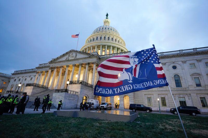 ▲1月6日,美國國會遭到激進的川普支持者闖入,大批警力進駐美國建築維安。(圖/美聯社/達志影像)