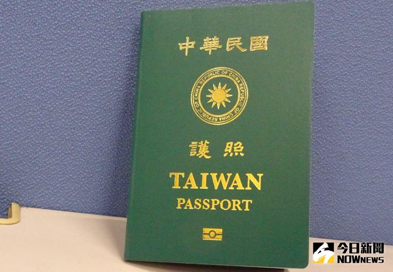 ▲新版晶片護照放大「TAIWAN」字樣,1月11日開始發行,提供民眾申辦。(圖/記者呂炯昌攝.2021.01.07)