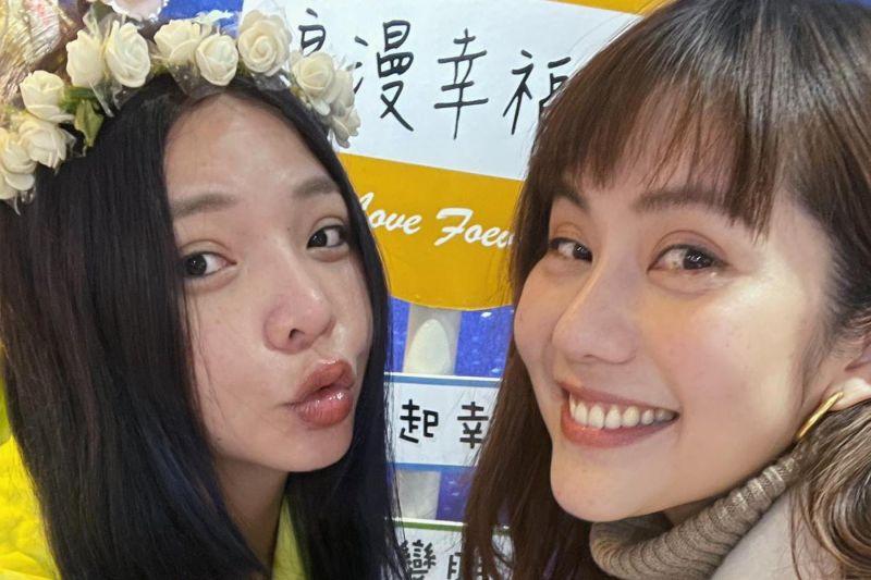 ▲小甜甜(左)雙喜臨門,閨密王宇婕喜極而泣。(圖/王宇婕臉書)