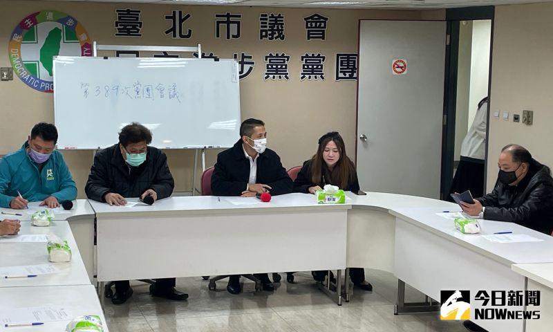 在民進黨中常委、前台北市黨部主委黃承國的陪同下,民進黨智庫副執行長吳怡農,在登記參選北市黨部主委後,隨即拜會民進黨台北市議會黨團。