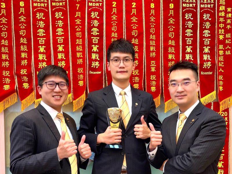 ▲祝浩雲(圖中)受到店長陳俊佑(圖右)、師父陳芸鴻(圖左)的指導,兩年後就擁有百萬年薪。