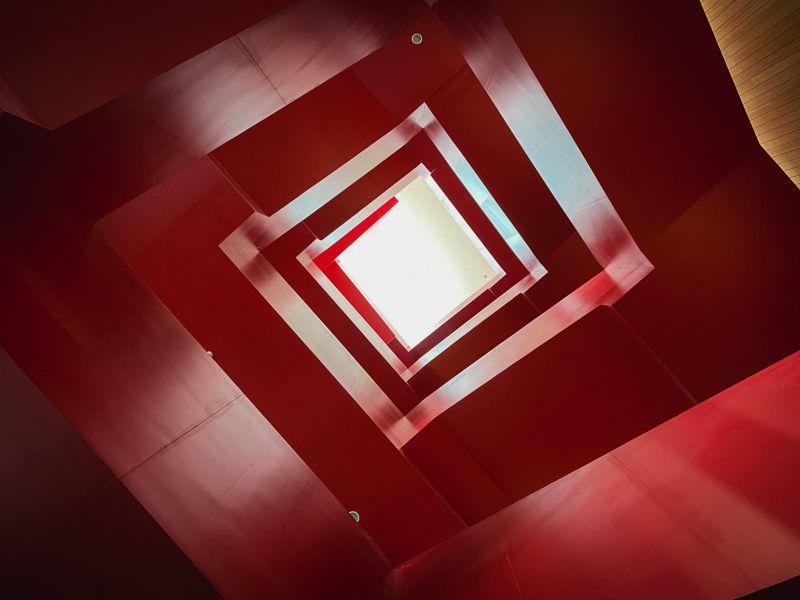 ▲館內有一座貫穿全館各樓層的大紅色樓梯