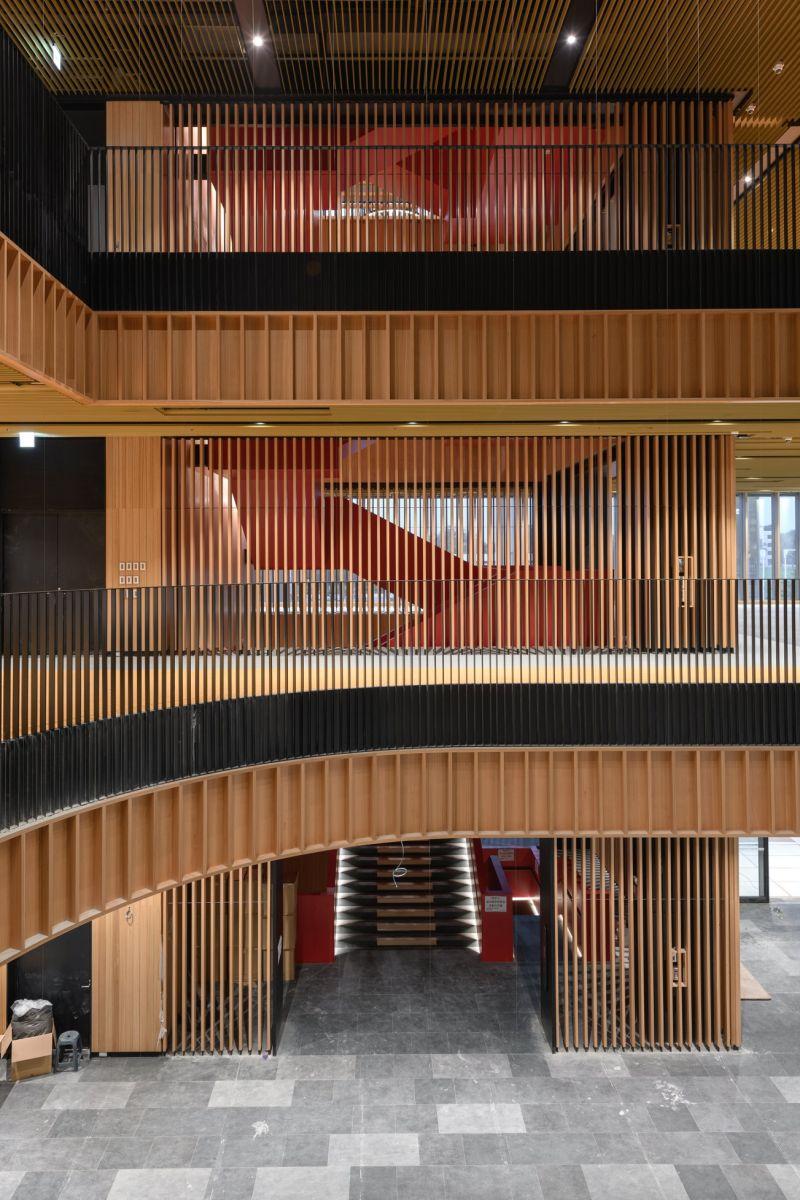 ▲建築團隊的設計靈感來自台南傳統的窗戶框架,將傳統的形式置換成木製的垂直百葉窗
