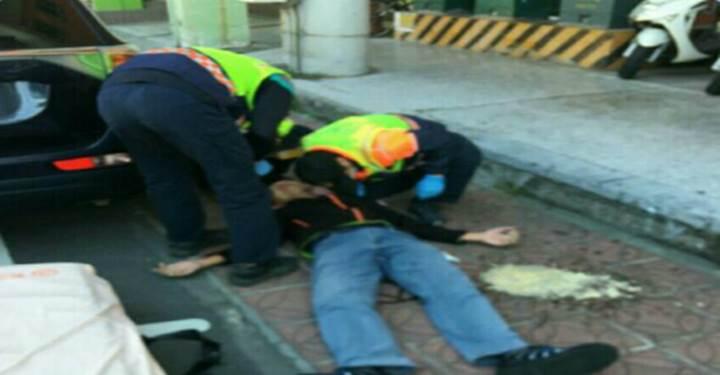 ▲消防人員趕抵現場,實施緊急救助並了解為過敏引起的休克,火速送醫救治。(圖/記者陳雅芳攝,2021.01.07)