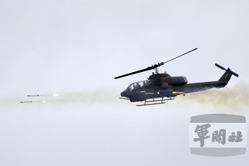 ▲陸軍機步269旅於屏東三軍聯訓基地,實施「三軍聯合作戰訓練測考」測驗。AH-1W超級眼鏡蛇攻擊直升機發射火箭彈。(圖/軍聞社提供)