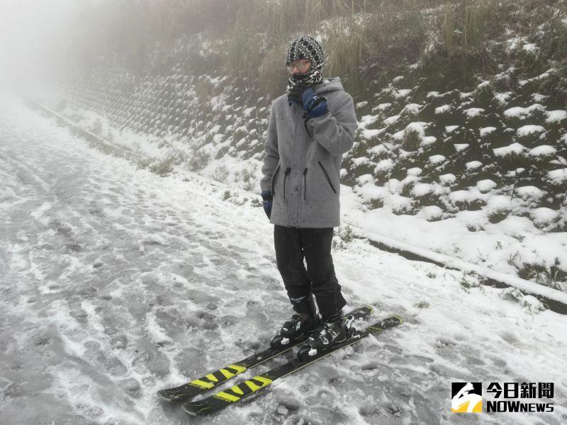 大屯山變銀白世界!民眾自備雪橇滑雪 大呼美景不輸國外
