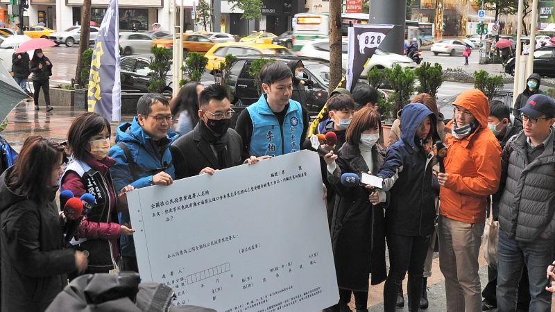 ▲國民黨主席江啟臣8日在台北捷運忠孝復興站外請託民眾連署「護食安