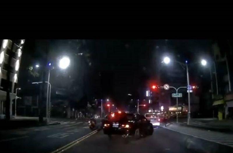 未成年少年開車夜遊高雄拒攔檢連闖6<b>紅燈</b> 雄警連開12槍