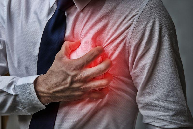 ▲氣溫驟降需特別做好保暖措施,若是有胸悶、心悸等不適症狀,應儘速就醫,以免延誤治療的黃金時機。(圖/shutterstock)