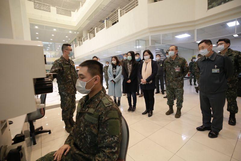 ▲民眾黨團抵達裝甲兵訓練指揮部參訪。(圖/民眾黨立院黨團提供)