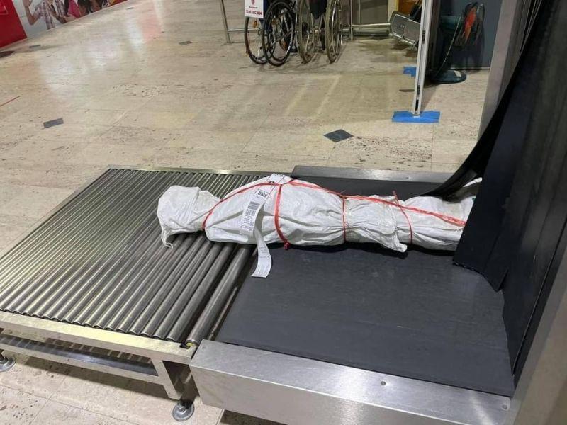 ▲香港泰國文化協會日前分享泰國機場託運行李出現的「木乃伊」包裹,還要網友猜猜裡面是什麼?(圖/翻攝自「Thai Culture Association of Hong Kong」臉書粉專)