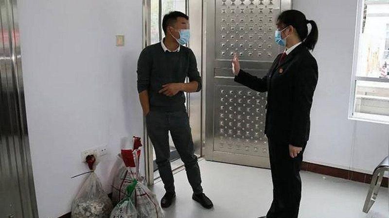 ▲中國大陸廣西省有一間汽車維修店老闆打輸官司,心聲不滿便將罰鍰全部換成1元硬幣繳交。(圖/翻攝界面新聞)