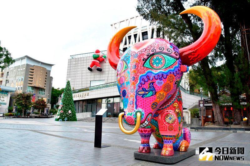 ▲為迎來新的一年,彰化縣政府在新的一年,迎來洪易二件牛的公共藝術作品要讓縣民耳目一新。(圖/記者陳雅芳攝,2021.01.08)