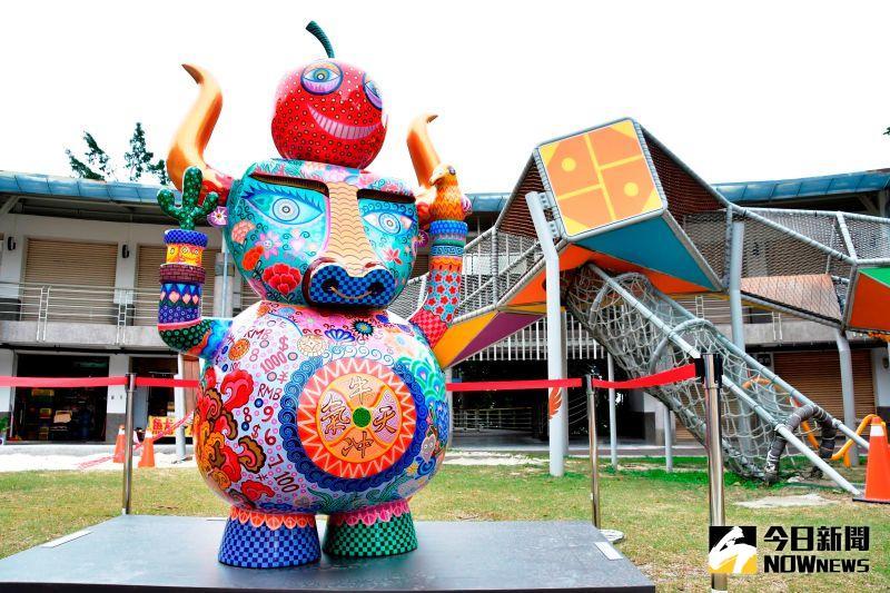▲台灣藝術家洪易創造出擁有牛逼感的牛氣作品,放置在八卦山大佛遊客中心前。(圖/記者陳雅芳攝,2021.01.08)