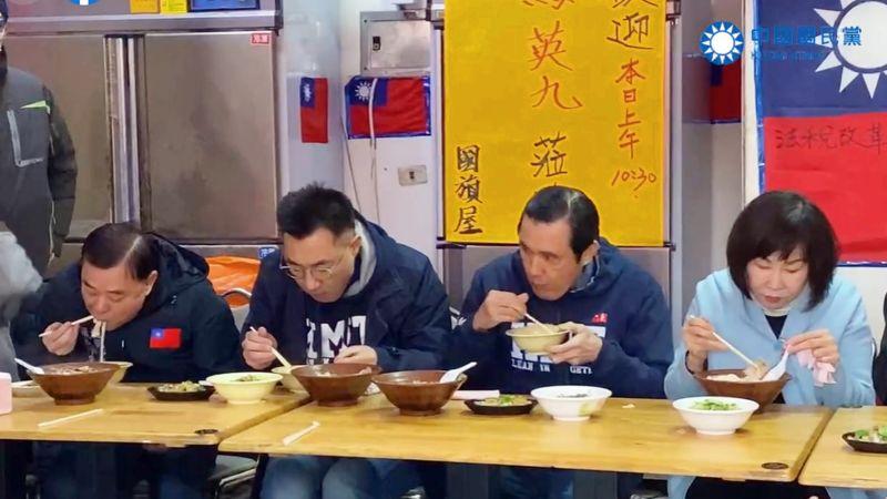 國民黨反萊豬公投連署活動9日起正式在全國登場,前總統馬英九和黨主席江啟臣在桃園吃本土豬肉小吃,表達反萊豬立場。(圖/國民黨提供)