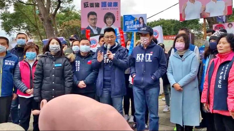 江啟臣9日與前總統馬英九一起到桃園宣傳反萊豬公投連署行動,兩人在7度低溫下並肩站在一起。(圖/國民黨提供)