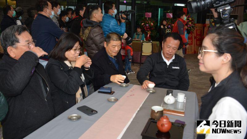 ▲縣長翁章梁、立委王美惠、陳明文等來賓對阿里山茶讚譽有加。(圖/記者郭政隆攝影2021.1.9)