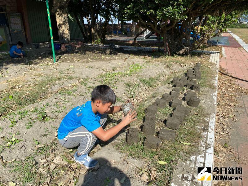 ▲香田國小小朋友學習自己製作土磚。(圖/記者陳雅芳攝,2021.01.09)