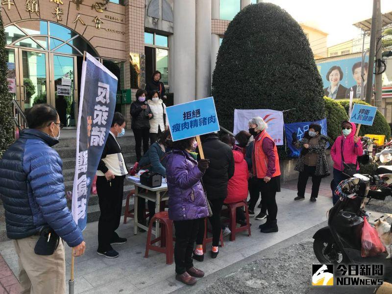 ▲民眾不為寒風用行動表達反對萊豬進口。(圖/記者陳雅芳攝,2021.01.09)