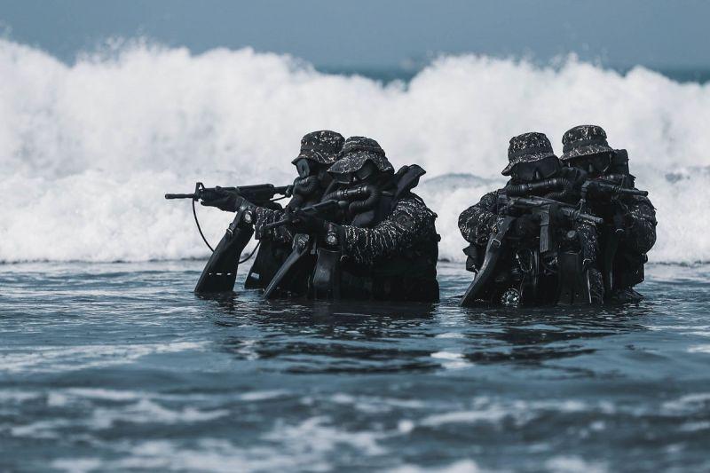 ▲淘汰率超過5成!水中爆破中隊訓驗過程首度完整公開。(圖/軍聞社提供)