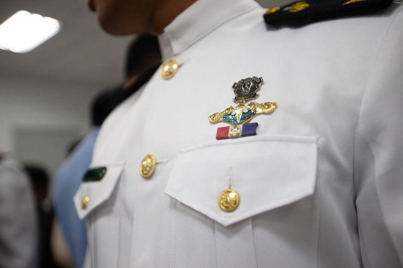 ▲水中爆破中隊隊員們完訓後,才能在掛上胸章與臂章。(圖/軍聞社提供)